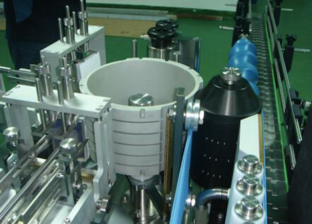 Автоматична линейна кръгла бутилка Машина за етикетиране на мокро лепило със студена паста