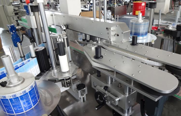 Продава се напълно автоматична машина за етикетиране на бутилки с линеен тип